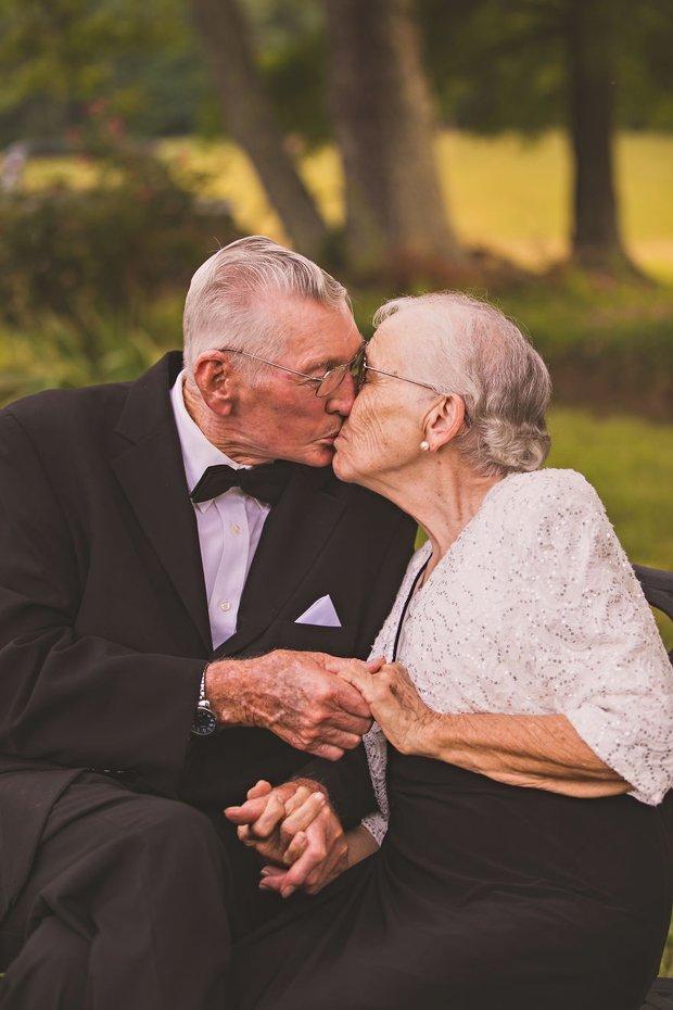Mối tình già son sắt của cặp vợ chồng trong bộ ảnh kỉ niệm 65 năm ngày cưới khiến ai cũng thầm ao ước - Ảnh 2.