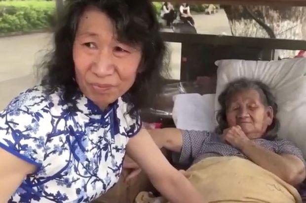 Con trai hiếu nghĩa đóng giả phụ nữ suốt 20 năm chăm mẹ ốm liệt giường vì lý do vô cùng cảm động - Ảnh 1.