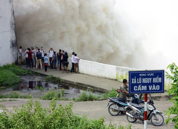 Chùm ảnh: Người dân kéo đến Thủy điện Hòa Bình chụp ảnh, check-in cảnh xả lũ - Ảnh 4.