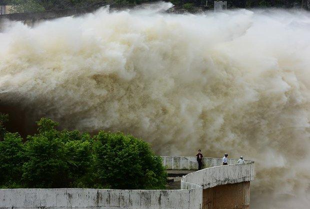 Chùm ảnh: Người dân kéo đến Thủy điện Hòa Bình chụp ảnh, check-in cảnh xả lũ - Ảnh 5.