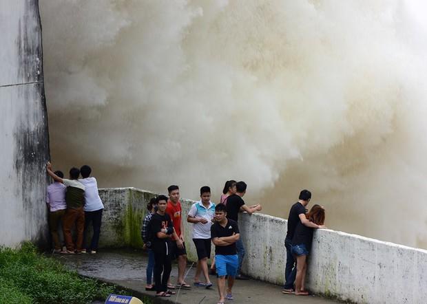 Chùm ảnh: Người dân kéo đến Thủy điện Hòa Bình chụp ảnh, check-in cảnh xả lũ - Ảnh 6.
