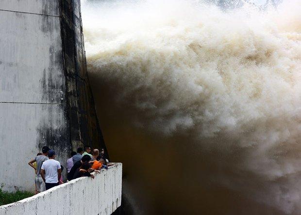 Chùm ảnh: Người dân kéo đến Thủy điện Hòa Bình chụp ảnh, check-in cảnh xả lũ - Ảnh 7.