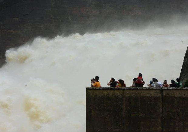 Chùm ảnh: Người dân kéo đến Thủy điện Hòa Bình chụp ảnh, check-in cảnh xả lũ - Ảnh 8.