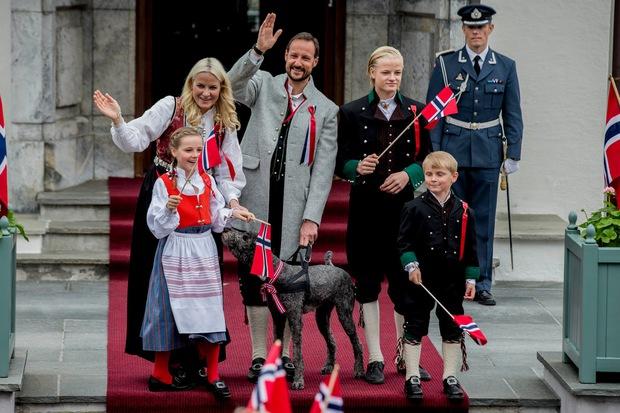 Vẻ đẹp và khí chất của 15 gia đình Hoàng gia trên khắp thế giới - Ảnh 1.