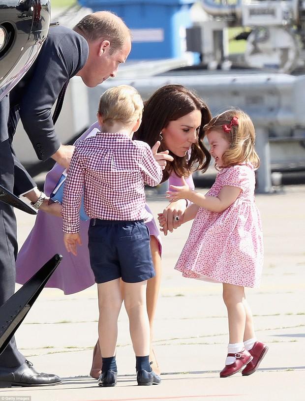 Tiểu công chúa Charlotte mè nheo, khóc rấm rứt không chịu lên máy bay - Ảnh 2.
