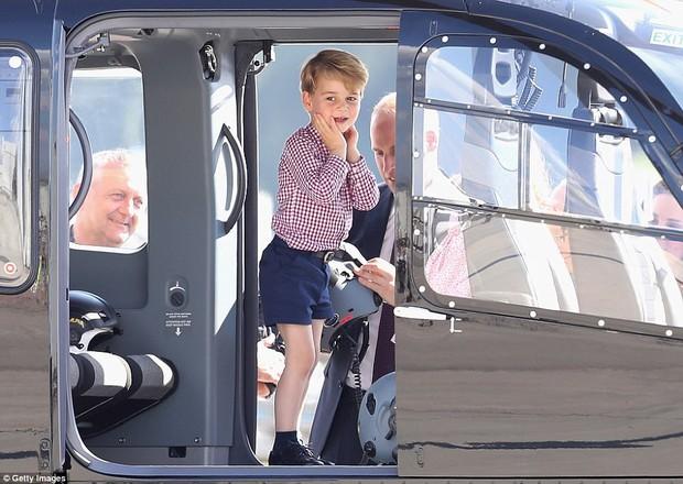 Tiểu công chúa Charlotte mè nheo, khóc rấm rứt không chịu lên máy bay - Ảnh 4.