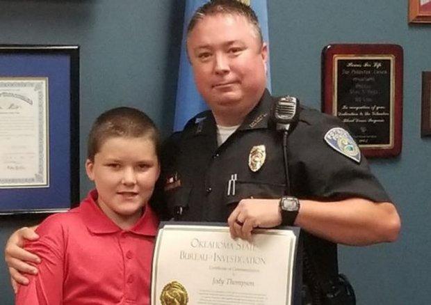 Nhận cậu bé 8 tuổi bị bạo hành làm con nuôi, viên cảnh sát không ngờ gia đình mình giờ đây lại như vậy - Ảnh 2.