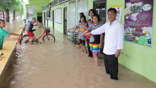 Loạt ảnh đáng sợ về thảm cảnh ngập lụt đang khiến người dân Thái Lan khốn đốn - Ảnh 2.