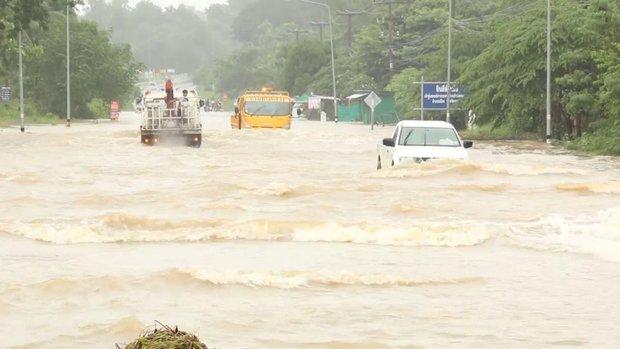 Loạt ảnh đáng sợ về thảm cảnh ngập lụt đang khiến người dân Thái Lan khốn đốn - Ảnh 3.