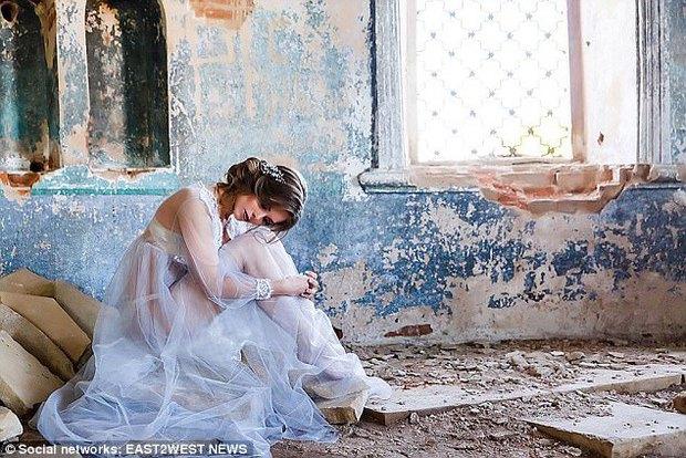 Chụp ảnh gợi cảm trong nhà thờ đổ nát: Người mẫu Nga có thể phải lĩnh án tù 3 năm - Ảnh 1.