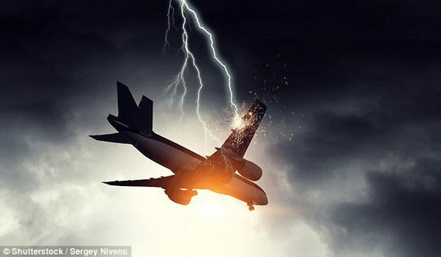 Máy bay bị sét đánh thủng 46 lỗ vẫn bay tiếp 9 giờ - Ảnh 2.