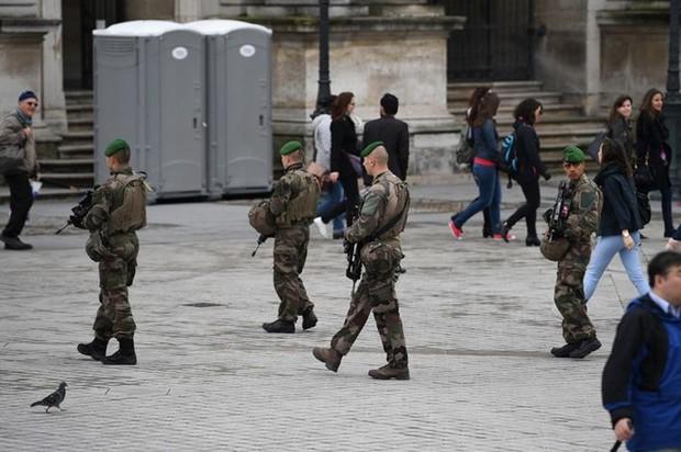 Pháp: Xe ôtô đâm vào một nhóm binh sỹ, nhiều người bị thương - Ảnh 1.