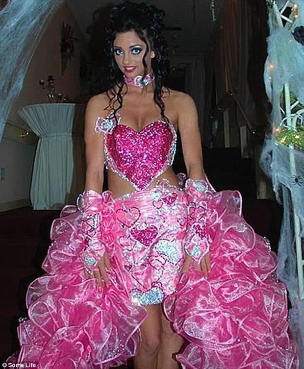 Những bộ váy cưới khiến khách đi ăn tiệc cười chết ngất: Độc là được, xấu đẹp miễn bàn - Ảnh 2.