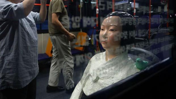 Câu chuyện buồn phía sau bức tượng người phụ nữ trên những chuyến xe buýt ở Hàn Quốc - Ảnh 1.