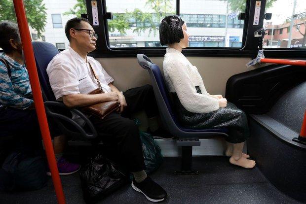 Câu chuyện buồn phía sau bức tượng người phụ nữ trên những chuyến xe buýt ở Hàn Quốc - Ảnh 2.