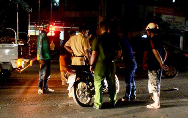 Phân luồng giao thông vụ tai nạn, một bảo vệ bị xe máy tông nhập viện - Ảnh 2.