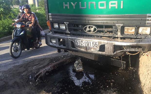 Người đi xe máy ngã nhào vì dầu nhớt từ xe ben - Ảnh 1.