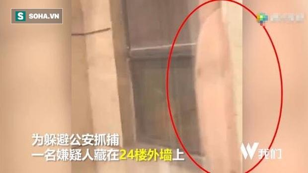 Nép vào tường hòng trốn cảnh sát, nghi phạm bị lộ tẩy vì bụng quá to - Ảnh 1.