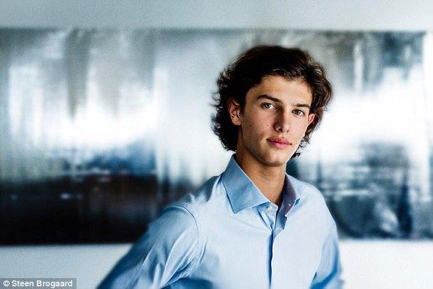 Chàng Hoàng tử Đan Mạch quyến rũ với mái tóc bồng bềnh và đôi môi dày gợi cảm - Ảnh 1.
