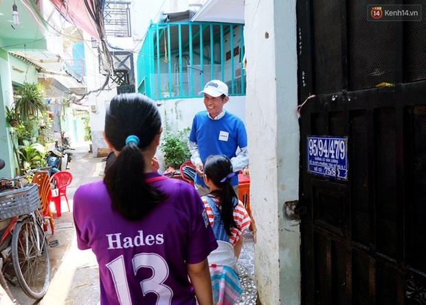 Câu chuyện cảm động của thầy giáo đơn thân chạy xe ôm nuôi 2 cô con gái ăn học ở Sài Gòn - Ảnh 1.