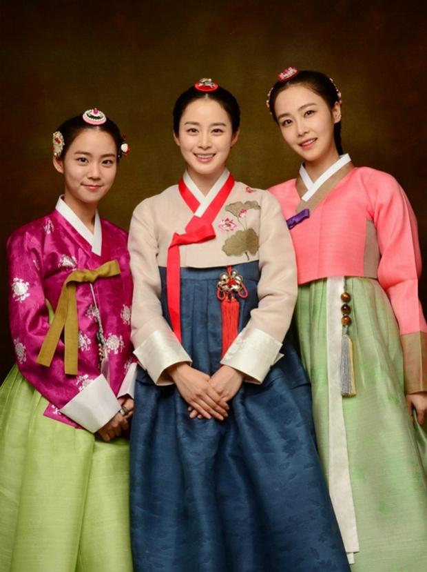 Là nữ thần sắc đẹp Hàn Quốc, Kim Tae Hee có bị lu mờ khi đứng cạnh các đại mỹ nhân khác? - Ảnh 1.