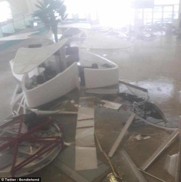 Sân bay quốc tế nổi tiếng thế giới tan hoang không nhận ra sau siêu bão Irma - Ảnh 2.