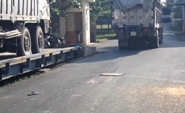 Tài xế ngồi chơi bị xe tải khác cài số lùi cán tử vong - Ảnh 1.