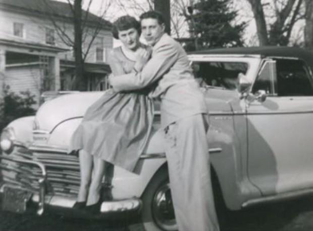 Kỷ niệm 60 năm ngày cưới, con trai khiến bố mẹ lặng người khi tìm lại được một kỷ vật vô giá bị bán từ rất lâu - Ảnh 1.