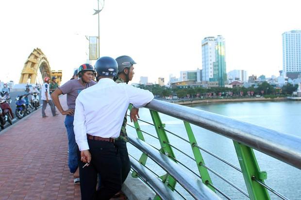 Đà Nẵng: Bỏ lại xe đạp điện, tân sinh viên nhảy cầu Rồng tử tự - Ảnh 1.