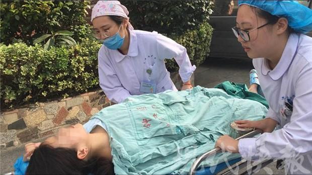 Thai phụ 7 tháng sinh non trên taxi, may nhờ tài xế 2 mẹ con đều an toàn - Ảnh 1.