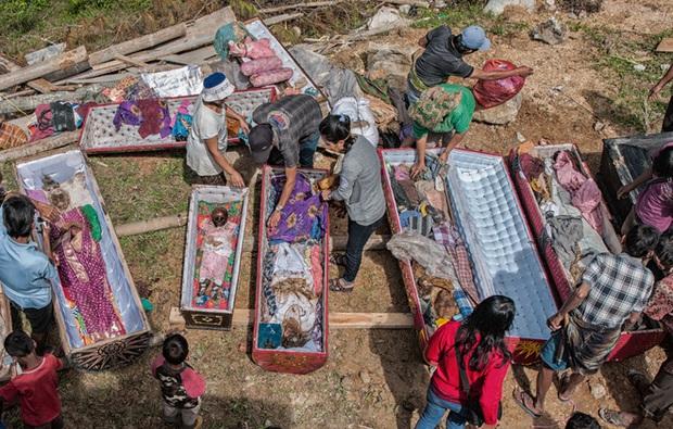 Đào mộ, thay áo mới cho xác chết: Đây chính là một tập tục rùng rợn nhất tại Indonesia - Ảnh 1.