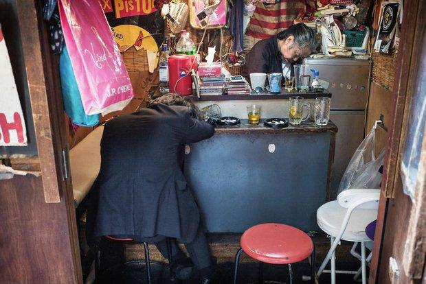 Những gã say xỉn từ ga tàu cho đến đường phố: Nét văn hóa tiệc tùng của giới công sở Nhật Bản - Ảnh 2.