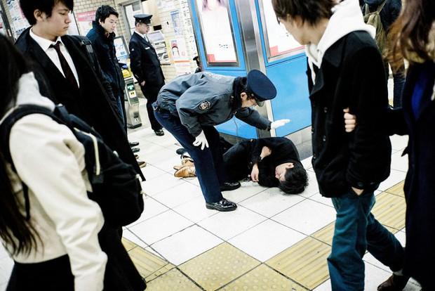 Những gã say xỉn từ ga tàu cho đến đường phố: Nét văn hóa tiệc tùng của giới công sở Nhật Bản - Ảnh 9.