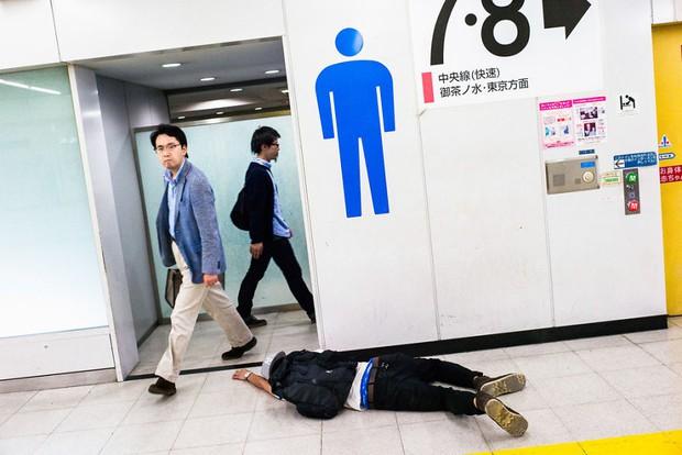 Những gã say xỉn từ ga tàu cho đến đường phố: Nét văn hóa tiệc tùng của giới công sở Nhật Bản - Ảnh 10.