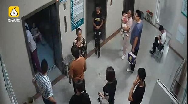 Trở dạ quá nhanh, sản phụ sinh con ngay trên sàn thang máy bệnh viện - Ảnh 2.