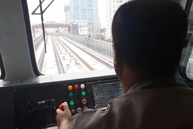 Chùm ảnh: Chạy thử nghiệm tàu công trình dự án tuyến đường sắt Cát Linh - Hà Đông - Ảnh 7.