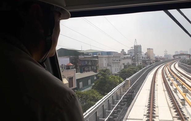 Chùm ảnh: Chạy thử nghiệm tàu công trình dự án tuyến đường sắt Cát Linh - Hà Đông - Ảnh 8.