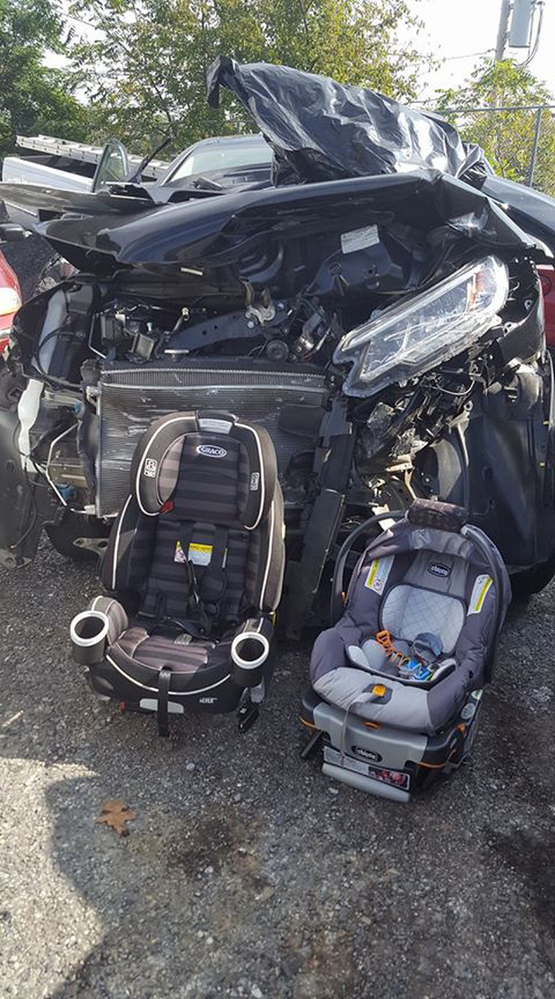 Sau tai nạn, chiếc ô tô hỏng hoàn toàn nhưng 2 đứa trẻ vẫn an toàn chỉ nhờ một hành động của người mẹ - Ảnh 1.