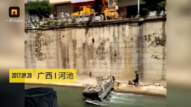 Clip: Bố quên rút khóa ô tô, con 2 tuổi nổ máy khiến cả người và xe lao xuống sông - Ảnh 1.