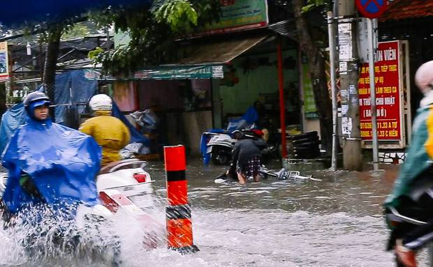 Học sinh ở Sài Gòn bì bõm lội nước sau giờ tan học do mưa lớn kéo dài từ sáng đến trưa - Ảnh 5.