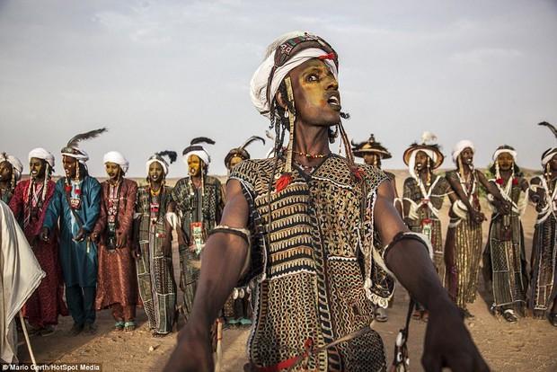 Lễ hội cướp vợ, đổi chồng của bộ tộc tây Phi - Ảnh 1.