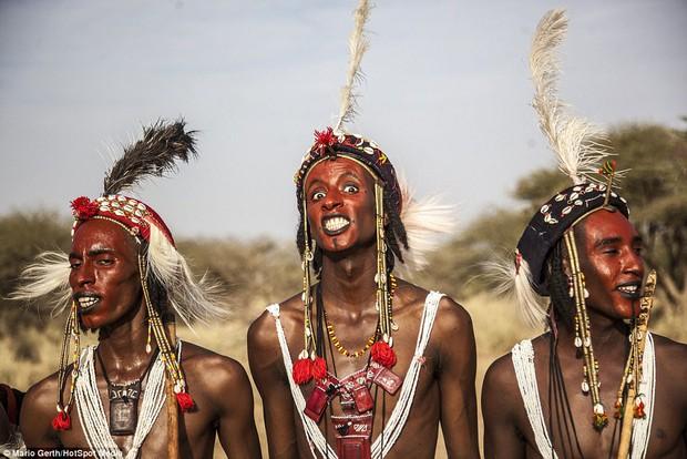 Lễ hội cướp vợ, đổi chồng của bộ tộc tây Phi - Ảnh 2.