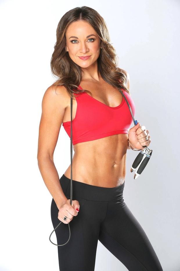 Huấn luyện viên nổi tiếng Michelle Bridges tiết lộ bí quyết giữ dáng chuẩn của cô dễ như ăn kẹo - Ảnh 1.