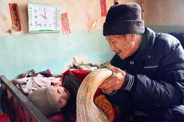 Kết hôn được 5 tháng vợ mắc bệnh tê liệt toàn thân, người chồng bên cạnh chăm sóc 58 năm - Ảnh 1.