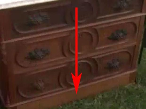 Bỏ 100 USD mua chiếc tủ cũ kỹ, người đàn ông choáng váng khi mở ngăn kéo ra - Ảnh 2.