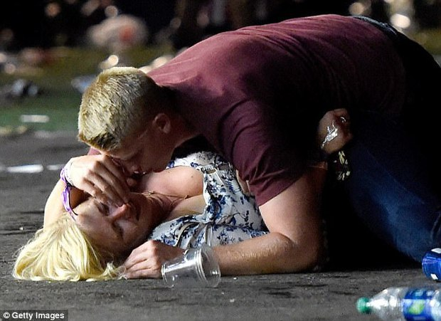 Không chỉ lấy thân làm lá chắn trong vụ xả súng Las Vegas, chàng trai này còn có hành động khiến nhiều người khâm phục - Ảnh 1.