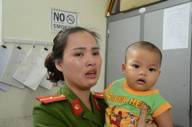 Nữ thiếu úy công an cho bé trai bị bỏ rơi bú sữa: Nếu có điều kiện tôi sẽ xin cháu về nuôi - Ảnh 5.