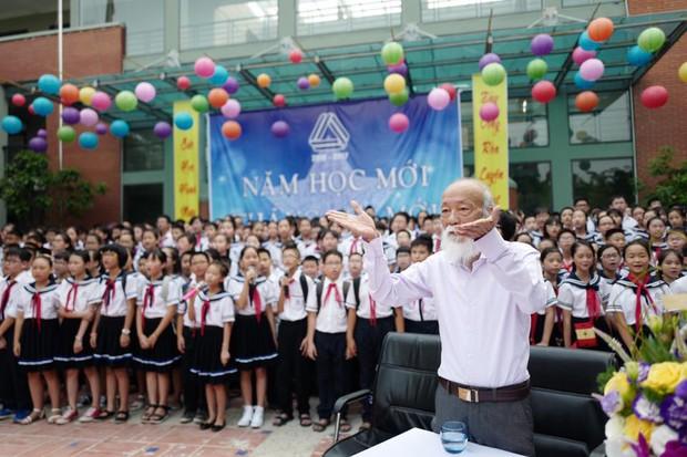 Khoảnh khắc bình dị của thầy Văn Như Cương qua những bức ảnh của cô giáo Văn Thùy Dương - Ảnh 3.