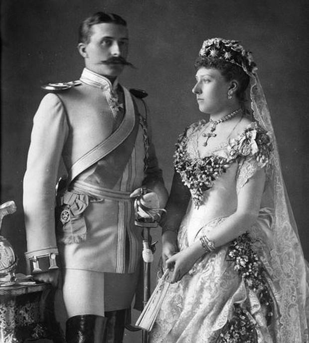 Không nhờ người phụ nữ này, các cô dâu ngày nay có lẽ sẽ không bao giờ mặc váy cưới màu trắng - Ảnh 2.