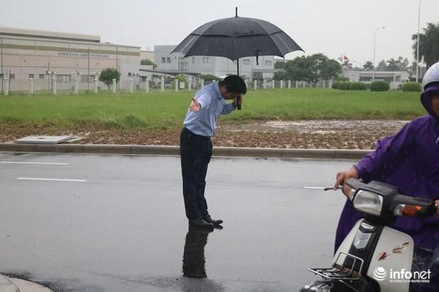 Hình ảnh được chia sẻ nhiều nhất hôm nay: Ông chủ người Nhật đội mưa, cúi gập người chào khách vào đổ xăng ở Hà Nội - Ảnh 3.